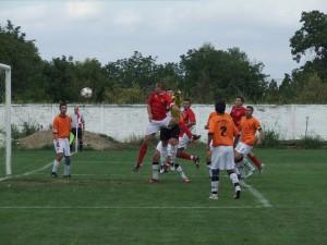 Kanonier lídra Ivan Moguš (najvyšší vo výskoku) strieľa jeden z dvoch svojich gólov na zápase Odžaci – Kordun 3 : 0
