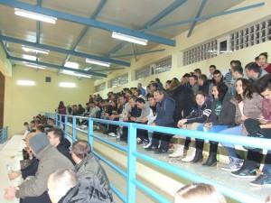 Plná tribúna divákov, ktorí so záujmom sledovali futbalové zápasy