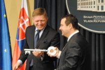 BELEHRAD: Fico Dačićovi odovzdal symbolický kľúč od brány EÚ