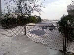 Počas víkendu snehovými závejmi bola blokovaná aj cesta Kovačica – Padina (foto: Ž. Chalupa)