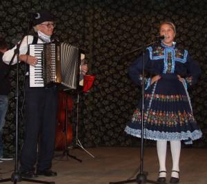 Na bieloblatskom javisku sprevádza mladú speváčku Rebeku Strakovú