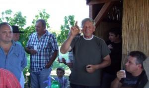 Pavel Viliačik (stojí s pohárom v ruke) vo svojom vinohrade uhostil účastníkov vlaňajšej aradáčskej oberačky