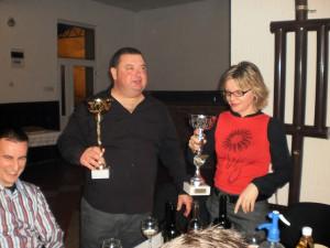 Absolútny víťaz Albert Wichnal (v strede) s kamarátmi