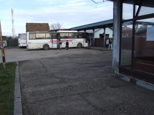 Zub času zanechal stopy aj na budove autobusovej stanice v Petrovci (Foto: J. Čiep)