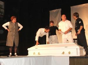 Kulpínski divadelníci v predstavení Pohreb na Festivale Zuzany Kardelisovej v Kysáči v roku 2013 (foto: E. Šranková)