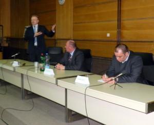 Zo sobotňajšieho zasadnutia v Starej Pazove: (zľava) Dragan Đilas, Jovan Tišma a Goran Ješić (Foto: A. Lešťanová)