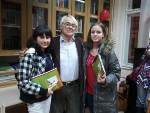 Violeta Stojkovićová (vľavo) a Danijela Ristićová so spisovateľom Dragomirom Ćulafićom (foto: z archívu Mestskej knižnice)