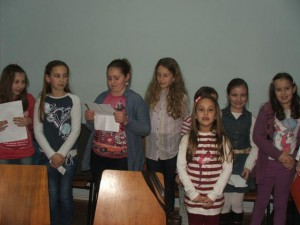 Čelarevskí žiaci so svojou učiteľkou slovenčiny Máriou Supekovou zarecitovali a zaspievali po slovensky