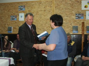 Výtlačok pre základnú školu a Annu Gašparovićovú, riaditeľku školy a jednu z autoriek v zborníku