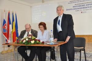 Ivan Miroslav Ambruš (stojí) sa v mene organizátorov na záver zavďačil za podnetné prínosy upevňovania povedomia a spolupatričnosti dolnozemských Slovákov