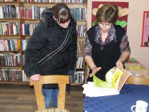 V spoločnosti kníh každý deň: knihovníčka pivnickej knižnice Zorica Vučenov (sprava) čitateľom vie pomôcť a poradiť