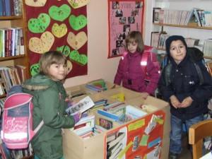 Žiaci nižších ročníkov základnej školy v Pivnici radi chodia do knižnice a prehŕňajú sa v množstve zaujímavých detských kníh