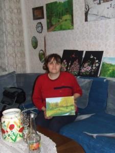 Viera Bažaľová so svojou tvorbou: omaľovanými džbánmi, fľašami, miniobrazmi na dreve a obrazmi na plátne