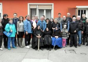 Jubilantka (sedí v strede) so svojimi sestrami Evou (zľava) a Annou (sprava), rodinou a príbuznými