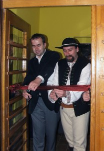 Zrenovovaný dom kultúry vŘeke spustili starostovia Tomáš Tomeczek (sprava) aJán Podmanický