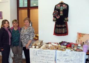 Členky Spolku žien vPadine sa prezentovali pestrou výstavou. Na snímke: Zuzana Taľčíková (sprava), Zuzana Melichová aMária Povolná; chýba Anna Omastová.