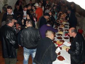 Pod vínko patrí červená štipľavá pochúťka; záujem o klobásy na verejnej degustácii bol tiež veľký