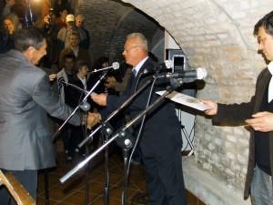 Vkategórii bielych vín prvú zlatú medailu snajvyšším ocenením spomedzi 85 vzoriek získal Kulpínčan Daniel Čelovský (zľava)