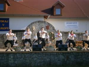 Tanečníci KUS Štefánik na javisku amfiteátra v Slovenskom Novom Meste