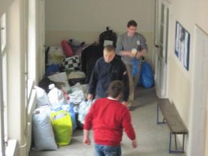 Zozbierané potraviny a šatstvo v miestnostiach KŠMK v Kovačici boli distribuované do hale Pionir v Belehrade (foto: A. Chalupová)