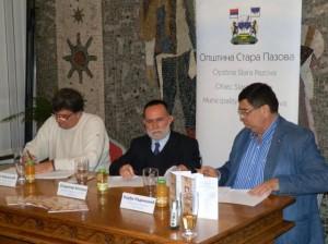 Protokol ospolupráci aorganizovaní prehliadky podpísali Đorđe Radinović, Vladimir Kopicl aPetar Nerandžić (sprava)