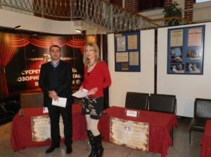 Zotvorenia výstavy: Jelena Čupićová aVladimir Kerkez, riaditeľ Strediska pre kultúru Stará Pazova, ktorý zdôraznil, že sa iztohto podujatia ohrozeným ľuďom vzáplavách zašlú zozbierané peňažné príspevky
