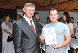 Víťaz súťaže onajlepšiu údenú klobásu Vlastislav Hrubík apetrovský richtár Ján Rybovič