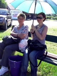 Dcéra Jasmina amama Mária Kotvášové (sprava) po obchôdzke veľtrhu oddychovali na lavičke