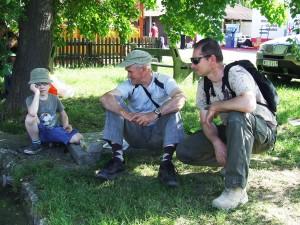 Vchládku pod morušou vnuk Vladko, senior Ján ajunior Ján Kotvášovci (zľava) čakali na návrat do Padiny