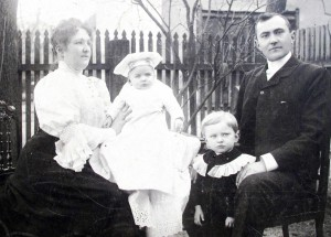 Rodinná fotka Čaplovičovcov zroku 1906 (zdroj: Ústav pre kultúru vojvodinských Slovákov)
