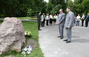 Predstavitelia krajanov pred tzv. základným kameňom budúceho Pamätníka slovenského vysťahovalectva (Foto: Ľudo Pomichal)