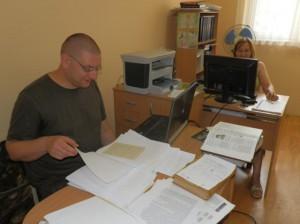 Karol Hollý počas výskumnej práce v Starej Pazove; vedľa neho Katarína Verešová