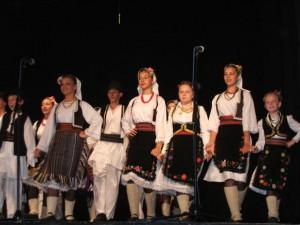 Roztancovaní folkloristi zKobašu na kysáčskom javisku