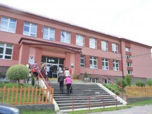 Žiaci sa učia vnovej budove školy, obkolesenej krásou stredoslovenských hôr