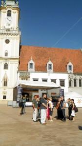 Keď sa musí, tak nie je ťažko (účastníci kurzu na zdolávaní jednej z prvých úloh – zoznámení s hlavným mestom Slovenska)
