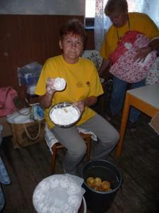 Na Krajanskom dvore obaľujú sa do cukru herovky (foto: M. Necpálová)