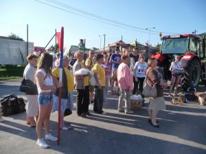 Takmer štyridsaťčlenná posádka z Aradáča skoro ráno v Hrušove (foto: M. Necpálová)