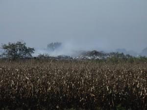 Dym a výpary z častých požiarov na depónii strpčujú život Petrovčanom (foto: J. Čiep)