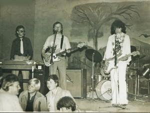 Záber zo zábavy v Mládežníckom dome v Selenči v roku 1982 (foto: z archívu skupiny)