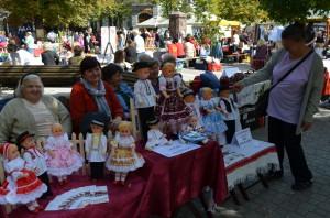 Jánošíčanky na veľtrh priniesli krojované bábiky.