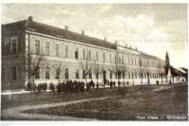 Kto prednášal na evanjelickom gymnáziu vo Vrbase?
