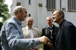 Pri debate s miestnym farárom (foto: Ľ. Pomichal)