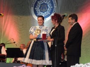 Tatjana Jašková, víťazka tohtoročného pivnického festivalu, počas preberania ceny (foto: A. Francistyová)