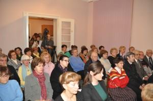 Štefánikova sieň pre tento večierok bola primalá. Tí, ktorí sa trošku omeškali, program sledovali zďalších dvoch miestností. (foto: J. Čiep)
