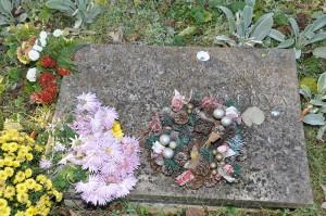 Mramorová doska na petrovskom cintoríne, pod ktorou je uložená urna spopolom prvej slovenskej akademickej maliarky Zuzky Medveďovej