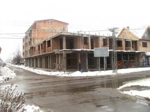 Budova, ktorú občania volajú Skadar na Šidine aktorá už celé desaťročie stojí nedokončená