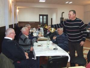 Ján Hrubík svoje víťazné víno ponúkal ostatným členom spolku a hosťom