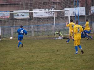 Po prihrávke Vozára (modrý dres 14) Grijak (medzi troma súpermi vžltom) zvýšil výsledok na 6 : 3