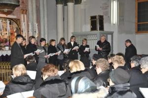 V evanjelickom kostole v Petrovci rodičia konfirmandov predostreli odkazy žien z Bahám (foto: J. Čiep)