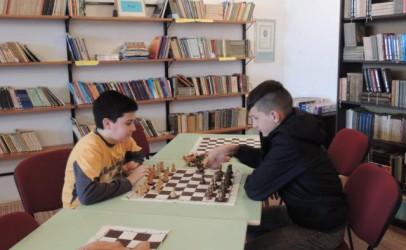 Šachové partie medzi knihami